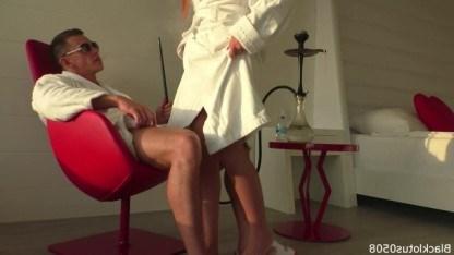 Бизнесмен покуривает кальян в номере отеля, пока шлюха делает ему крутой минет