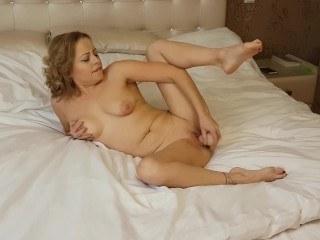 Блондинка смотрит видосы и проходит курсы по мастурбации нежного влагалища