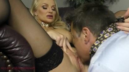 Блондинка удерживает при себе сотрудника на случай кунилингуса