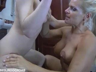 Блондинка зашла в душ к красотке и трахнулась с ней на одной игрушке