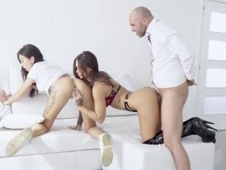 Брюнетка надела сексуальный наряд и соблазнила молодую подругу на групповуху
