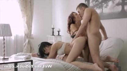 Чувак ублажает двух красивых подружек сексом втроем под романтическую музыку