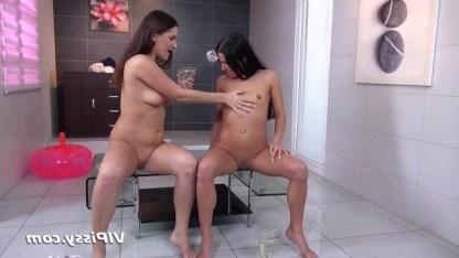 Две фантазерки ласкаются и прыгают на мяче с резиновым хуем