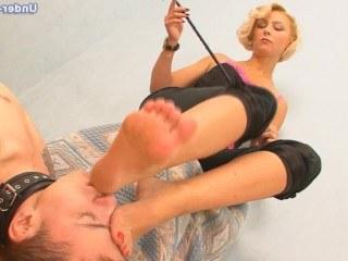 Госпожа обожает фут фетиш и заставляет непослушного раба вылизывать длинные ноги