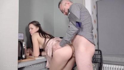 Из-за проваленной контрольной студентке пришлось согласиться на секс с учителем