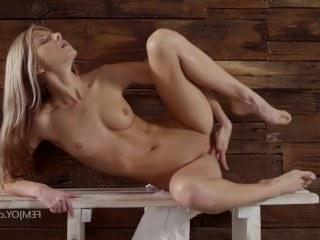 Красотка Gina Gerson сегодня решила променять свидание с парнем на мастурбацию