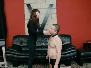 Красотка надела ошейник на мужика и поиздевалась над ним в стиле БДСМ
