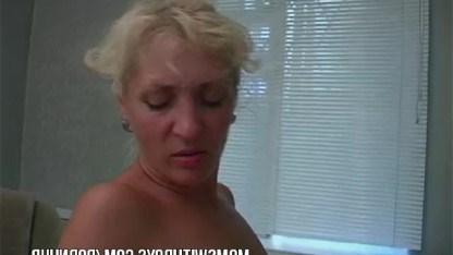 Мамочка пробуждает в сыне пошлые фантазии и трахается с ним