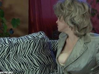 Мать застукала дочь за мастурбацией и устроила ей урок жаркой лесбийской любви