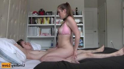 Молодая девчонка подчиняется парню в постели, ради похода в кинотеатр