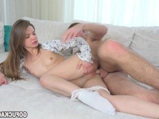 Молоденькая красавица начинает свое утро великолепным сексом с любимым