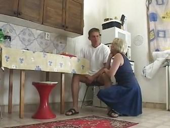 Молодой сын устроил еблю со зрелой мамой после вкусного завтрака