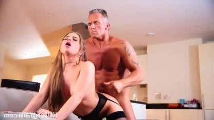 Молодую девку привлекают взрослые мужчины и она ебется с партнером постарше