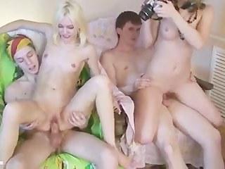 Молодые парни устроили вечеринку только ради того, чтобы трахнуть подружек