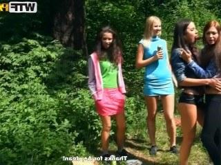 Молодые студенты отдыхают в лесу с телками и трахают их во все дырки