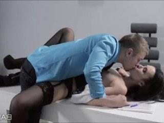 Начальник нашел время отдохнуть от работы и ублажил сексом секретаршу в чулках