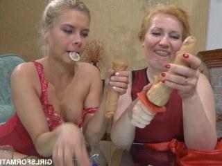 Озабоченные мама и дочка развлекаются при помощи двойного дилдо