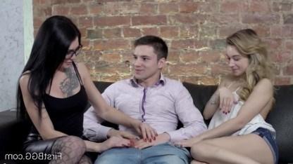 Парень затеял групповушку с юной уборщицей и своей обворожительной телочкой