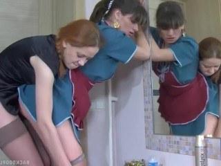 Русская домработница не отказала лесбийской хозяйке и приняла страпон в жопу