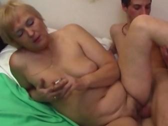 Русский парень устроил со зрелой блондинкой горячий секс