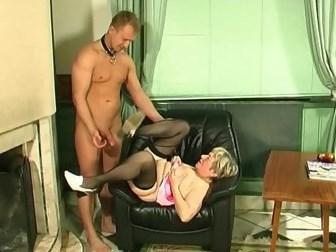 Парень претерпевает наказания от зрелой БДСМ госпожи