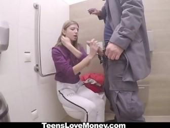 Пикапер заплатил молодой девушке деньги и выебал ее в киску