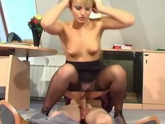 Блондинка застала в кабинете фетишиста и трахнула его