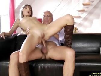 Молодая девка принимает в анал член седовласого партнера