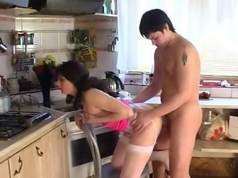 Похотливая мамаша с утра поебалась с сыном после завтрака