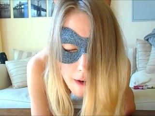 Сестре стыдно ебаться в задницу с братом, поэтому она нацепила маску