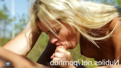 Симпатичная худенькая блондинка отдалась своему парню на природе
