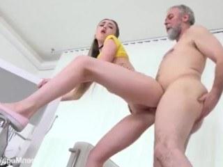 Старик починил компьютер молодой девушки и решил получить секс вместо оплаты