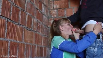 Строитель застукал молодую девушку за мастурбацией и проучил ее жестким сексом