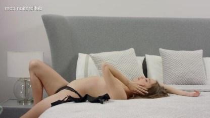 Стройная красотка скрашивает свое одиночество нежной мастурбацией в постели