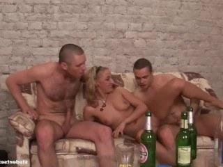Студентка без проблем занимается групповухой с тремя парнями за две бутылки пива