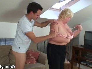 Толстая бабушка принесла внуку продукты и занялась с ним нереальным сексом