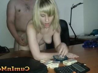 Толстый начальник трахает молодую и покорную секретаршу прямо на своем столе