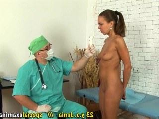 Врач гинеколог устроил молодой гимнастке очень тщательный осмотр прелестей