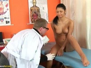 Врач извращенец особенно тщательно исследовал киску девушки и выдал ей справку