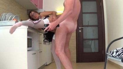 За чистоту в квартире мужик выписал красивой домработнице анальный трах