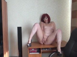Женщина пробует сексуально мастурбировать и снимает себя на вэбку
