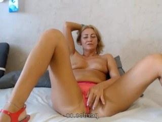 Зрелая баба мастурбирует киску перед вебкой и получает хорошие деньги