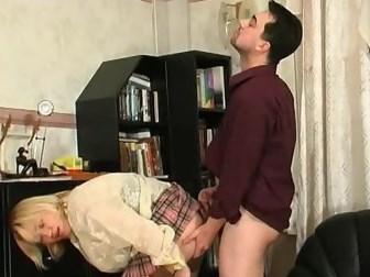 Зрелая блондинка решила развлечься и соблазнила русского мужчину на секс