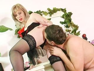 Зрелая блондинка утопает в страстном сексе с русским мужиком