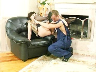 Зрелая дама обрадовалась мужчине в своем доме и классно с ним потрахалась