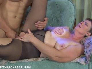 Зрелая дама подрочила с парнем друг на друга и парочка занялась сексом
