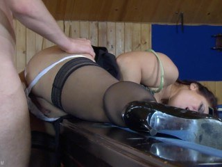 Зрелая дамочка пришла в бильярдный клуб и получила жесткую еблю в анал