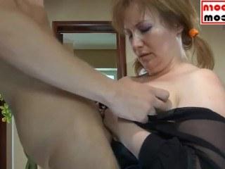 Зрелая мама показала пизду сыну нового мужа и трахнулась с ним в жопу