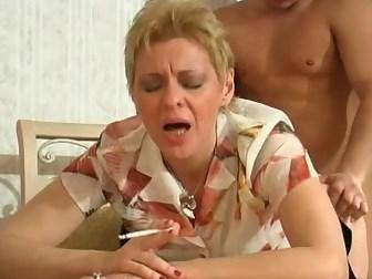 russkaya-zrelaya-trahaetsya-s-molodim-parnem-video-onlayn-striptiz-golaya-devushka-hodit-po-lesu-bez-trusov