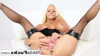 Зрелой женщине приходится активно мастурбировать, чтобы не одуреть от похоти